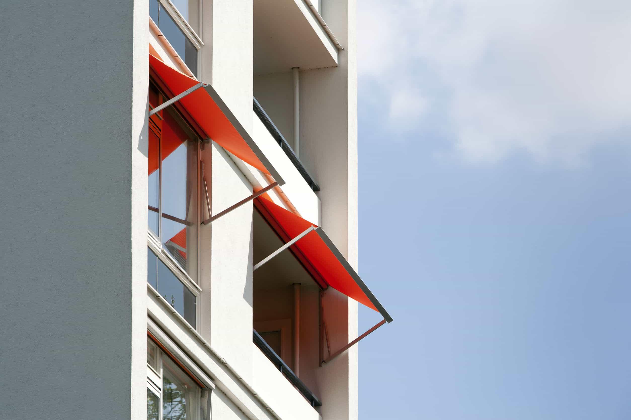 MOÑITA toldo rojo en ventanas