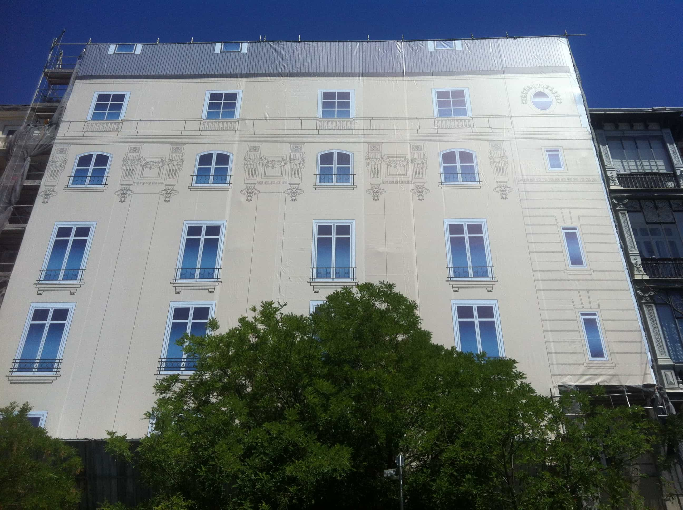 MOÑITA lona en una fachada