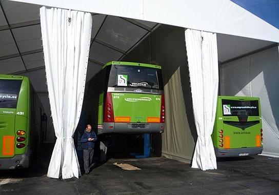 monita-instala-carpa-taller-para-autobuses