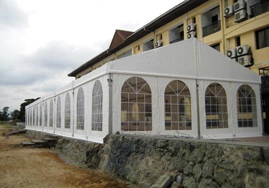 monita-vuelve-a-guinea-ecuatorial-para-instalar-una-carpa-en-un-complejo-turistico